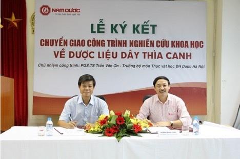 Lễ ký kết chuyển giao công trình nghiên cứu cấp Bộ về Dây thìa canh giữa PGS. TS. Trần Văn Ơn và công ty Nam Dược