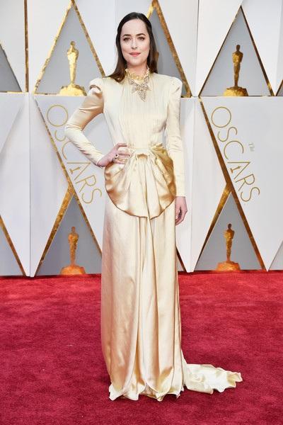 Dakota Johnson sớm bị chê mặc đồ lỗi mốt dự Oscar