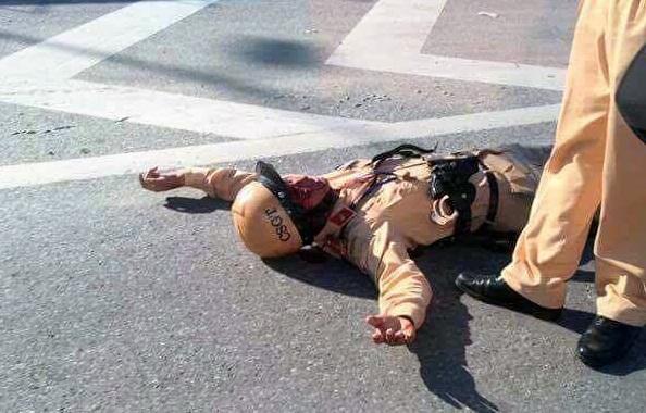 Trung úy Tuấn bị xe máy tông ngã ra đường.