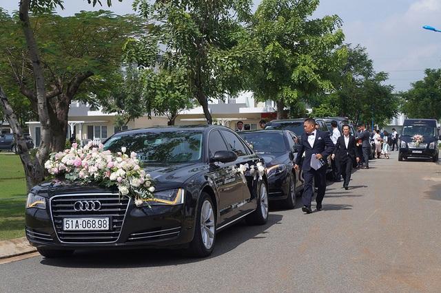 Hàng chục chiếc siêu xe hạng sang đã có mặt tại nhà Hoa hậu Đặng Thu Thảo sáng nay để đón cô dâu trong hôn lễ chính thức của Hoa hậu Việt Nam 2012.