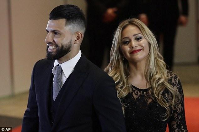 Messi ngượng ngùng khóa môi vợ trong đám cưới thế kỷ - 12