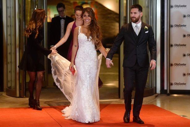 Messi ngượng ngùng khóa môi vợ trong đám cưới thế kỷ - 3