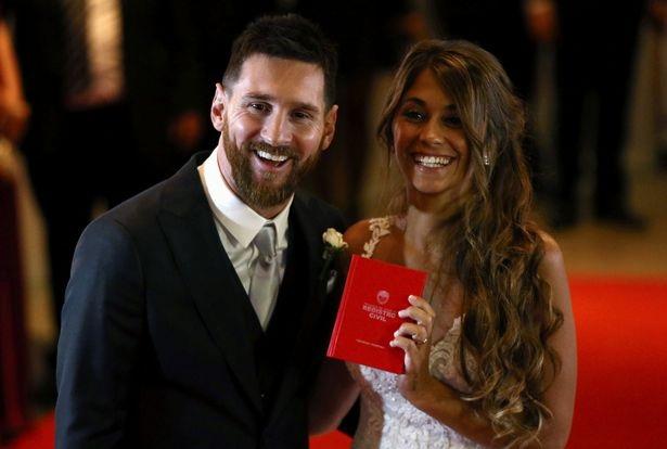 Messi ngượng ngùng khóa môi vợ trong đám cưới thế kỷ - 4