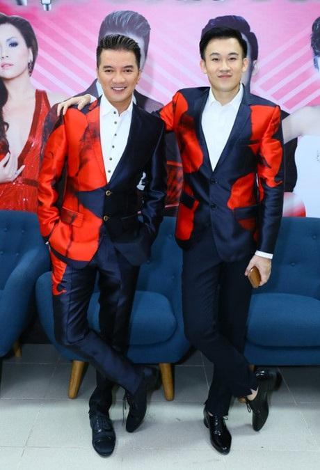 Cặp đôi này còn gây sốt khi diện áo vest cùng tông màu, cùng phong cách.