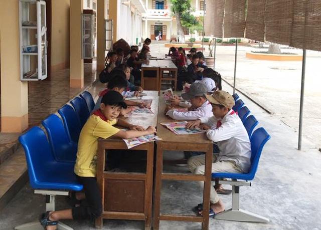 Học sinh Trường THCS Môn Sơn đọc sách báo trong thư viện của trường