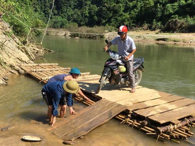 Các thầy giáo vượt Khe Khặng vào bản Cò Phạt, Khe Búng để vận động học sinh người Đan Lai đến trường