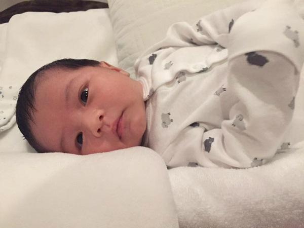 Vợ ca sĩ Đan Trường đăng ảnh con cùng dòng chia sẻ khá tâm trạng: Sợ nhất là những ngày mưa gió và những ngày như vậy chỉ muốn ôm con trai ngủ mà thôi.