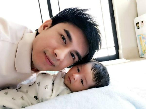 Anh Bo tiếp tục tung ảnh hạnh phúc bên cậu con trai đáng yêu, anh chia sẻ: Chúc mừng Thiên Từ của ba vừa tròn được một tháng. Love you my son.