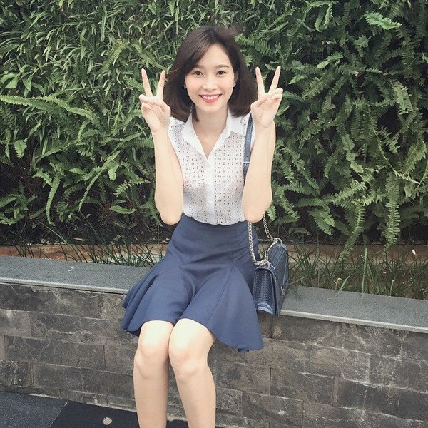 Hoa hậu Việt Nam như thể nữ sinh trung học trong cách kết hợp áo trắng với chân váy xếp li.