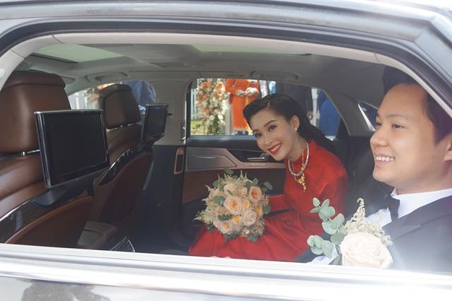 """Hoa hậu vui vẻ kéo của kính xe hoa vẫy tay chào mọi người. """"Thời gian tuy không quá dài nhưng đủ cho Thảo và anh Tín hiểu nhau, cùng trải qua và chia sẻ với nhau mọi điều vui buồn trong cuộc sống, cho nhau thử thách phải đặt mình vào vị trí của người còn lại để thấu hiểu, nhẫn nhịn và bao dung, Hoa hậu Việt Nam thổ lộ về đám cưới."""