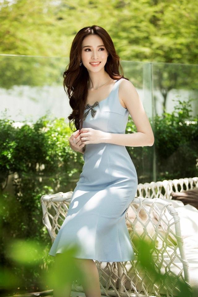 Cô sở hữu nét đẹp dịu dàng, đậm chất Á Đông, gương mặt trái xoan nhỏ nhắn, chiếc mũi dọc dừa và nụ cười rạng rỡ.