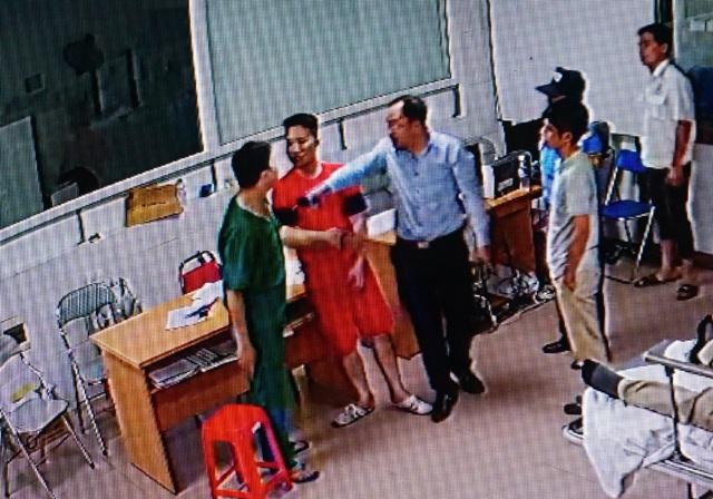 Điều dưỡng Lê Quang Hòa (ngoài cùng bên trái) ra can ngăn cũng bị người đàn ông này đánh và đe dọa (ảnh cắt từ clip)