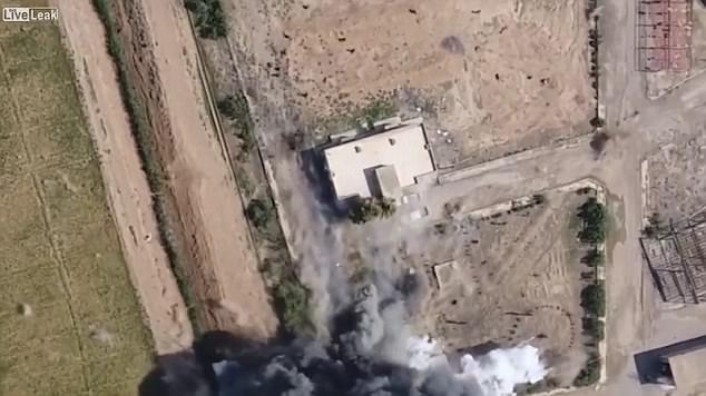 Vụ đánh bom xe liều chết khiến tòa nhà căn cứ của lực lượng YPG hư hại nặng. (Ảnh: Dailymail)