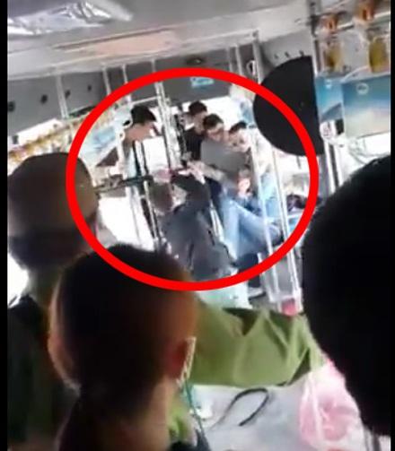 Nhóm đối tượng hành hung nam thanh niên trên xe buýt (trong vòng đỏ). Ảnh cắt từ video.