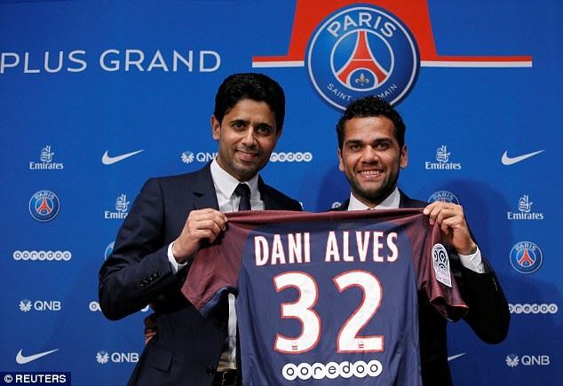 Dani Alves ra mắt PSG
