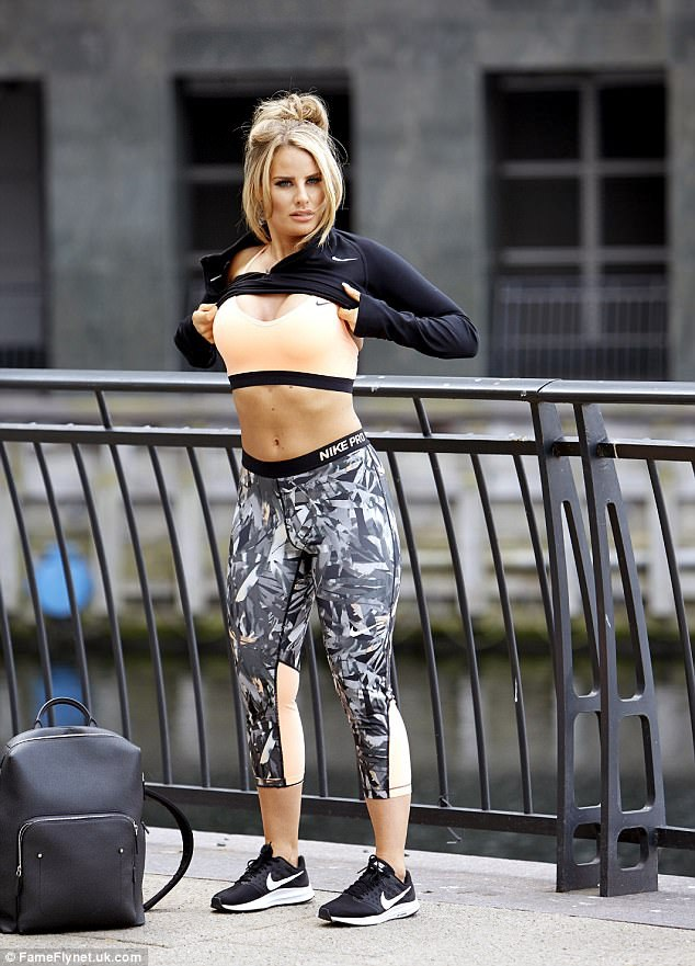 Người đẹp 28 tuổi khoe dáng săn chắc với trang phục thể thao năng động