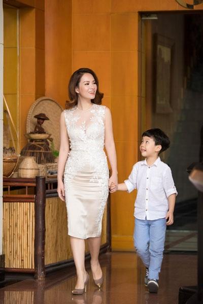 Đi cùng Đan Lê là con trai Khải Minh. Cậu bé càng lớn càng đẹp trai giống bố, đạo diễn Khải Anh.