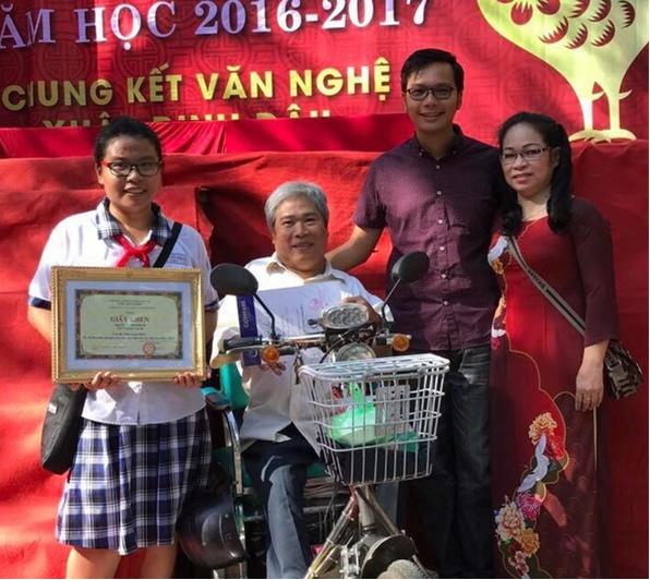 Đan Quỳnh và bố trong chương trình trao thưởng năm học tại trường (Ảnh: FBNV)