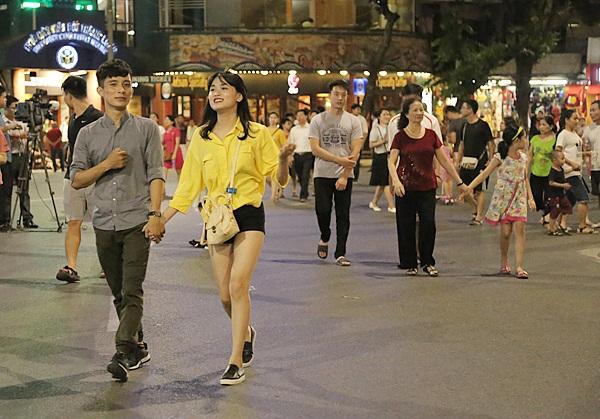 Hà Nội khuyến cáo người dân ăn mặc lịch sự, phù hợp hoàn cảnh ở nơi công cộng (Ảnh: Hồng Minh)