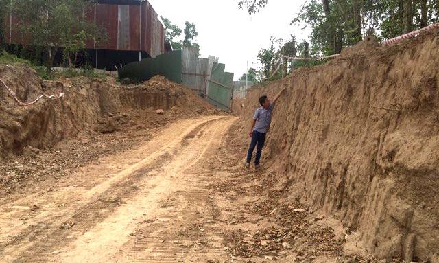 Công trình nâng cấp tuyến đường liên ấp Kiến An – Tân Lập đã múc đất sâu gần 3m so với mặt đường ban đầu.