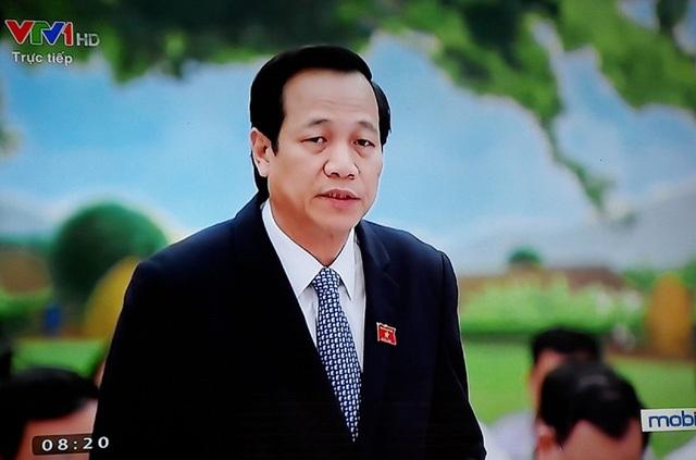 Bộ trưởng Đào Ngọc Dung trả lời chất vấn.