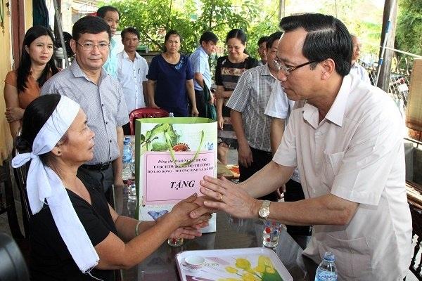 Bộ trưởng thăm hỏi động viên gia đình người thân cựu TNXP Đỗ Văn Ất, bị thiệt mạng trong bão số 10.
