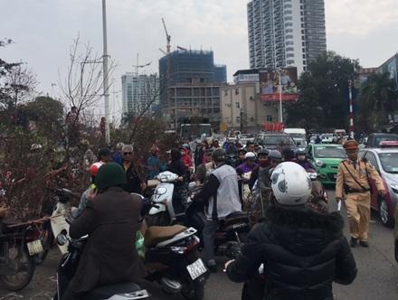 Nguyên nhân chính của việc ùn tắc giao thông này là do người dân bày bán hoa dưới lòng đường.