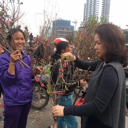 """Hà Nội: Đổ xô tới chợ hoa Nhật Tân """"phút chót"""", đường tắc cục bộ - 4"""