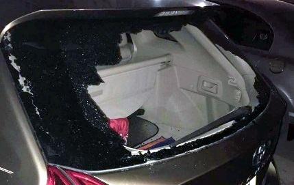 Một trong hai chiếc ô tô bị đập vỡ kính.