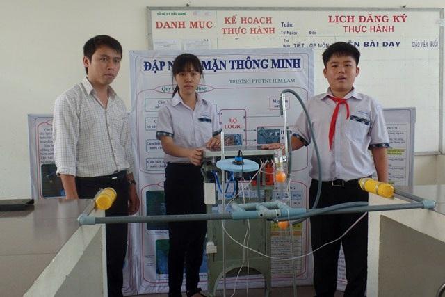 Thầy giáo Lê Thanh Liêm - Giáo viên hướng dẫn của hai em đánh giá,hai em đã học hỏi, tìm tòi cho ra sản phẩm thiết thực