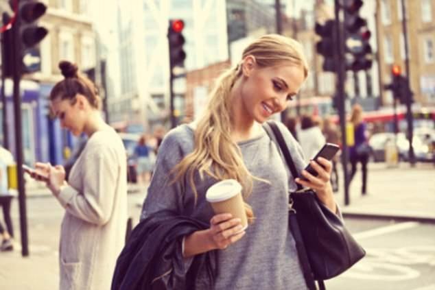 Cảnh báo: Cả một thế hệ trẻ sẽ bị biến dạng cổ do điện thoại thông minh - 1