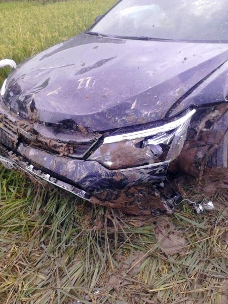 Chiếc xe Camry lao xuống ruộng sau khi gây tai nạn nghiêm trọng.