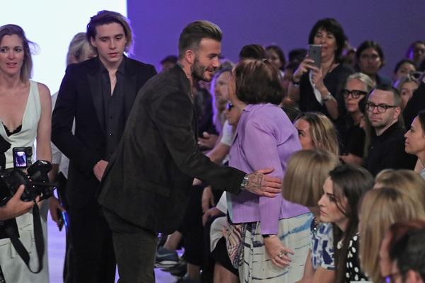 David Beckham không bao giờ vắng mặt trong các buổi trình diễn BST thời trang mới của vợ. Mỗi khi xuất hiện, David Beckham đều thân thiện chào hỏi các khách mời