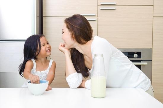 Thay vì quát mắng nặng lời, hãy thấu hiểu con bằng những cử chỉ yêu thương và lời nói nhẹ nhàng.