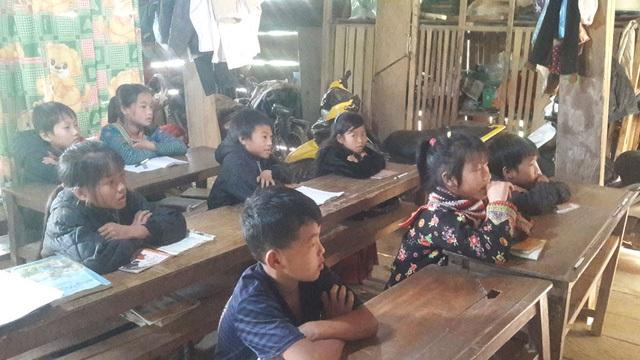 Phòng học tạm bợ ở nhà dân của các em học sinh điểm trường Hua Mức 1, trường tiểu học Pú Xi, huyện Tuần Giáo, tỉnh Điện Biên sau khi trường chính đã bị sập do giông lốc, mưa gió