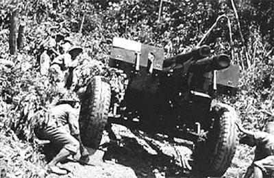 Kéo pháo ở Chiến dịch Điện Biên Phủ. (Ảnh tư liệu)