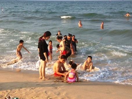Ông Hoàng Văn Thức khẳng định biển miền Trung đáp ứng quy chuẩn về môi trường nước biển sử dụng cho vui chơi giải trí, các hoạt động thể thao, tắm biển...