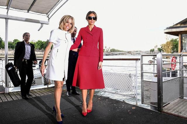 Bà Brigitte dẫn đệ nhất phu nhân Mỹ cùng du ngoạn sông Seine ở Paris (Ảnh: Reuters)