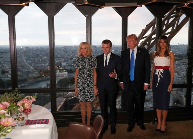 Trong bữa tối tại tháp Eiffel, đệ nhất phu nhân Pháp Brigitte tiếp tục diện một thiết kế của hãng Louis Vuitton (Ảnh: Reuters)