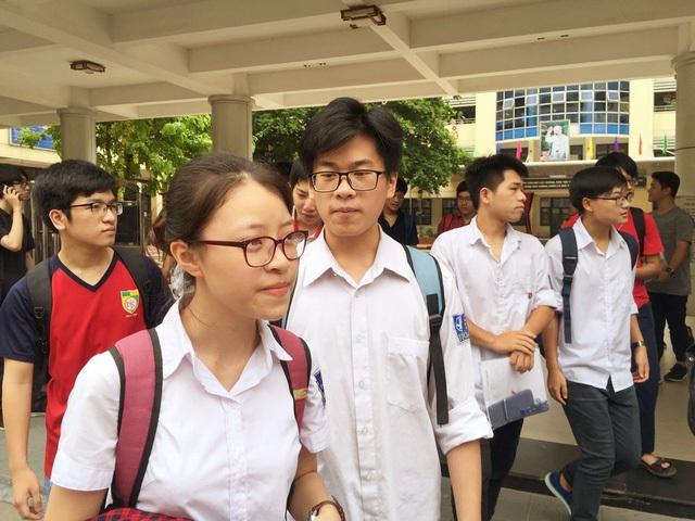 Các thí sinh kết thi bài thi tổ hợp đầu tiên với tâm trạng thoải mái. (Ảnh: Lệ Thu)