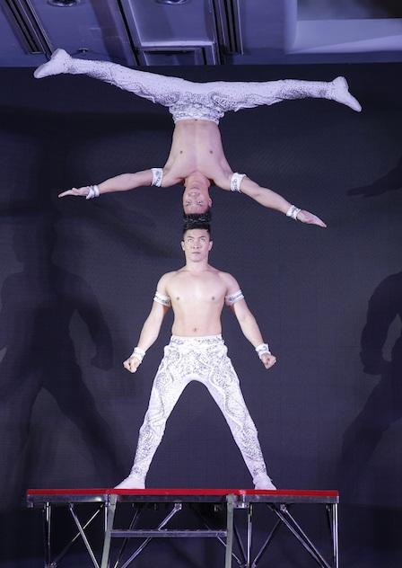 Đêm trình diễn nghệ thuật và đấu giá gây quỹ mở màn chương trình là phần trình diễn của hai anh em Quốc Cơ – Quốc Nghiệp trong một tiết mục đã từng đạt kỷ lục Guinness thế giới.