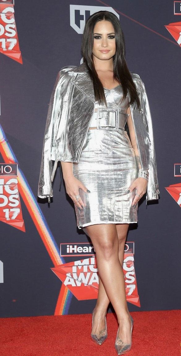Demi Lovato quyến rũ với váy áo ánh kim.