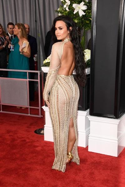 Demi Lovato và bộ váy màu nude gợi cảm, tinh tế