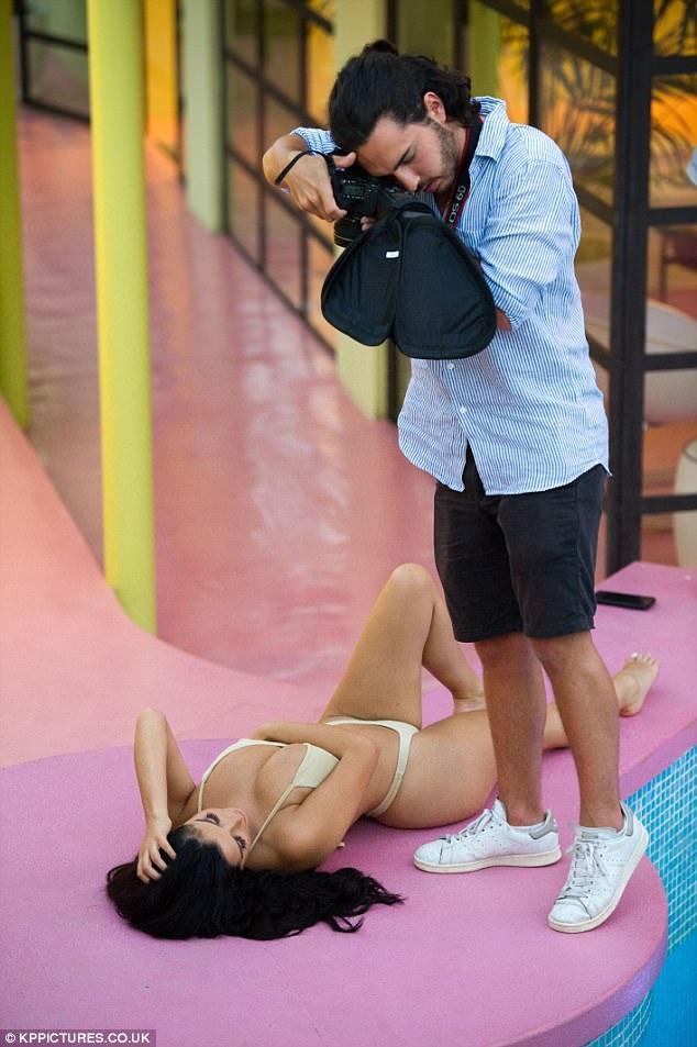 Người mẫu 22 tuổi tới đây tranh thủ thực hiện một vài shoot hình mới cho mùa hè