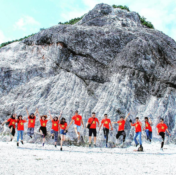 Ở độ cao hơn 1.000m so với mực nước biển, đứng trên đèo Đá Trắng có thể phóng tầm mắt ngắm toàn cảnh Mai Châu từ trên cao.
