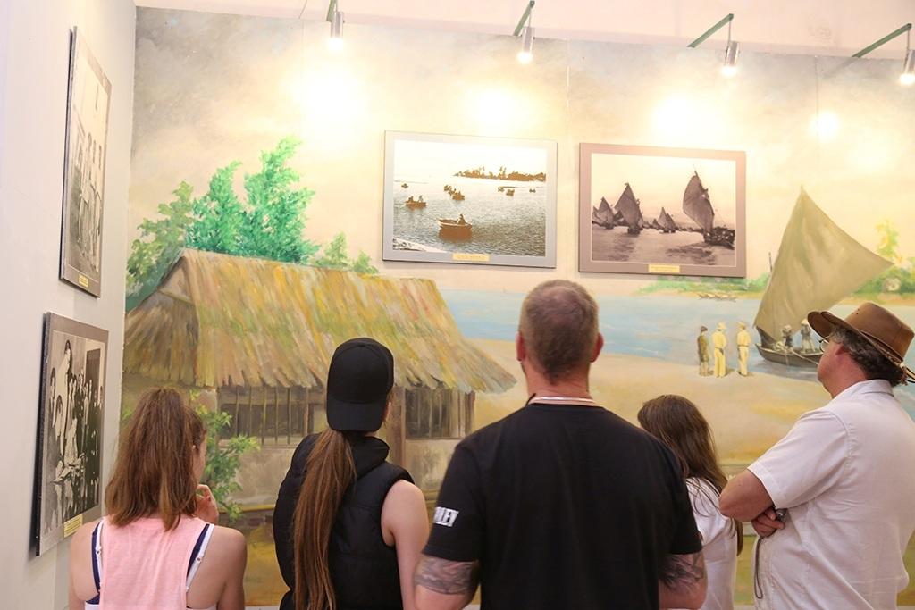 Du khách đến tham quan tại Bảo tàng Vĩ tuyến 17 và Khát vọng thống nhất tại Di tích Hiền Lương (Ảnh: Đ. Đức)