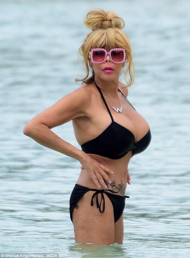 MC Wendy Williams khoe dáng trên bãi biển Barbados ngày 11/9 vừa qua