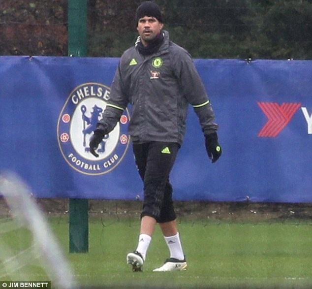 """Hết """"nổi loạn"""", Diego Costa đội mưa tập luyện một mình - 1"""