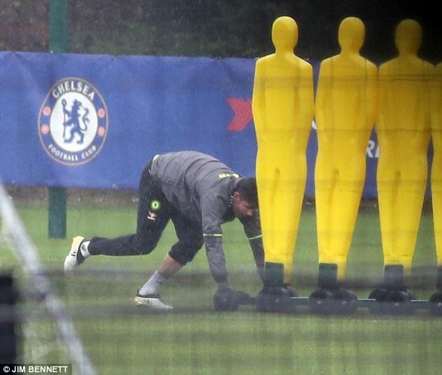 """Hết """"nổi loạn"""", Diego Costa đội mưa tập luyện một mình - 2"""