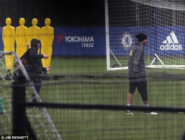 """Hết """"nổi loạn"""", Diego Costa đội mưa tập luyện một mình - 4"""